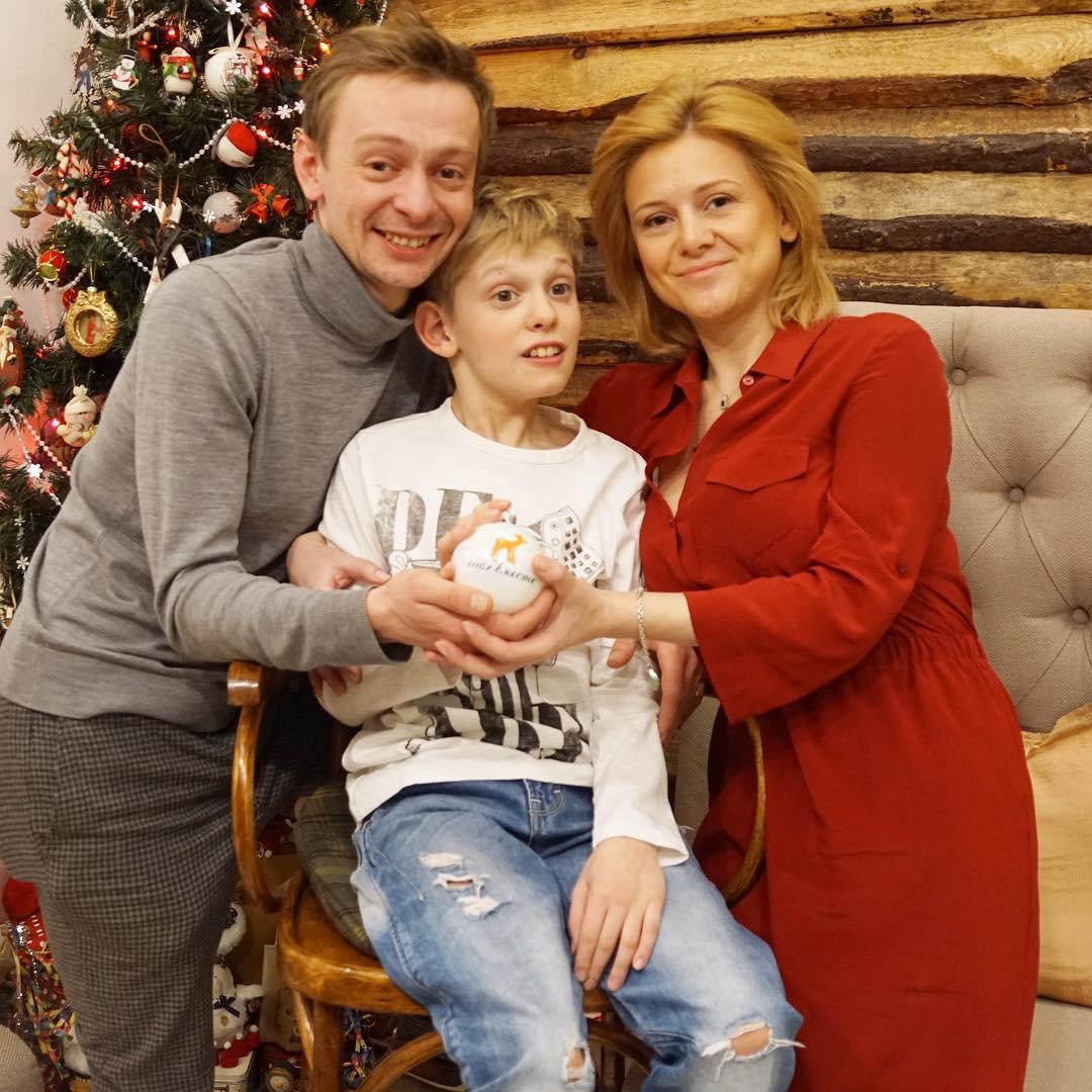 Очень грустно и больно актер Савинков — о смерти звезды сериала Физрук Клинаеве