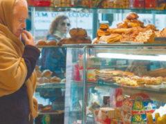 Почему пенсии не хватает на еду: парень в супермаркете обратил внимание на бедно одетую бабушку