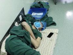Это фото врача, уснувшего прямо в коридоре на полу после смены облетело мир. Вот как отреагировали люди