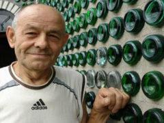 Запорожский пенсионер всю жизнь собирал пустые бутылки и соорудил из них настоящий дворец