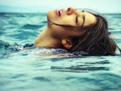 После крушения судна, муж бросился к шлюпке, а жену оставил в ледяной воде одну