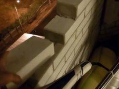 Парень приобрел квартиру в новостройке по сходной цене и решил осмотреть балкон