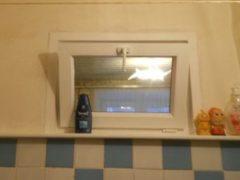 Почему в пятиэтажках раньше делали маленькие окошки между кухней и санузлом?