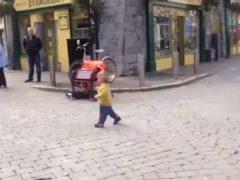 Малыш не смог сдержать себя и пустился в пляс под ирландскую музыку прямо на улице