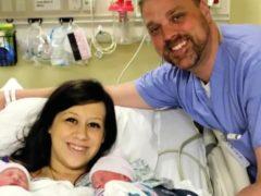Необычный подарок: молодая мама презентовала новорожденного малыша подруге