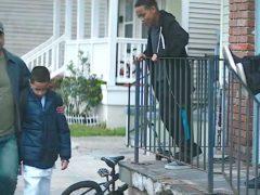 Соседские дети постоянно насмехались над его сыном и мужчина наказал обидчиков