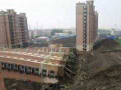 Выйдя утром на балкон, жители увидели такую картину: новая 13-этажка в один миг рухнула на землю