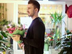 Мужчина купил 4 букета цветов и кассирша тут же решила, что он изменяет своей жене