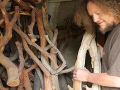 Мужчина превращает старые ненужные коряги в настоящие произведения искусства