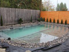 С виду обычный бассейн, но когда наступает ночь, он полностью преображается