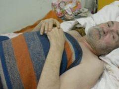 Пять дней он лежал на полу, ожидая помощи, а после, чтобы выжить, стал пить собственную мочу