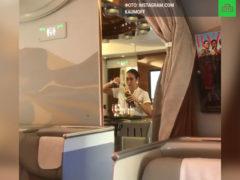 Пассажир заснял на телефон, как стюардесса сливает недопитое шампанское обратно в бутылку