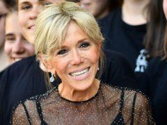 Чрезмерный загар, яркий блонд и мини-платья в 64 года: как одевается новая первая леди Франции