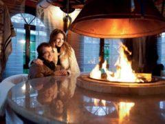 Дмитрий Дибров с женой показали свой роскошный дом с встроенным в стол камином