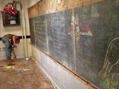 Строители сняли старую школьную доску и обнаружили за ней весточку из прошлого