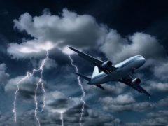 Сеть взорвало видео, в котором пилот идет на посадку, несмотря на 12 смерчей