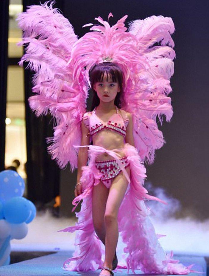 Голые модели ходят по подиуму одежде