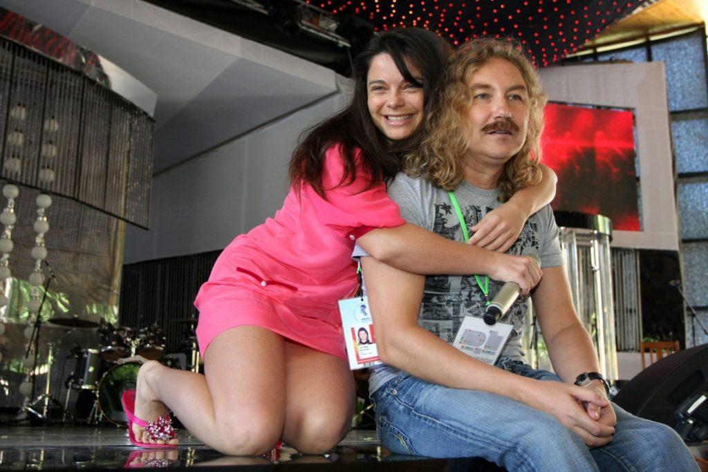 Жену на коленях, порно ебут в жопу индианок