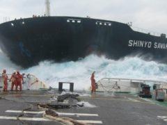 Мощь в действии: огромные корабли не смогли остановиться в нужный момент