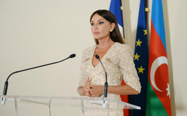 Настоящая икона стиля: первая леди Азербайджана в скромных нарядах бросила вызов Мелании Трамп