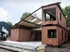 Семья построила дом из старых железных контейнеров и его внутренняя обстановка удивляет