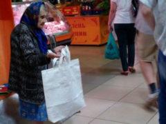Старушка 86-лет ежедневно шьет и продает дешевые сумки из мешковины, чтобы прокормить семью