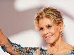 """""""Кто скажет, что ей скоро 80?"""" Джейн Фонда в прозрачном платье произвела фурор на Венецианском фестивале"""