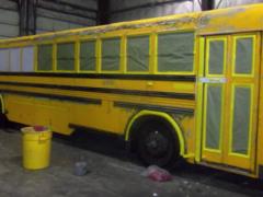 Семья из пяти человек перебралась жить в обычный школьный автобус и неплохо там обустроилась