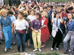 Дерзкая мода постсоветского периода: безразмерные балахоны, джинсы и дикий начес
