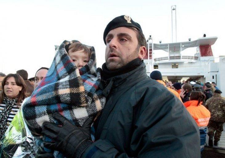 Мать оставила маленьких детей в холодном доме с выбитыми стеклами и ушла на 6 дней…