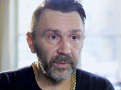 Певец Сергей Шнуров скромно отмолчался по поводу денег на квартиру для брянской бабушки