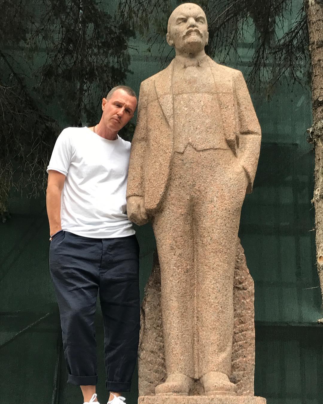Игорь Верник впервые честно признался, с кем живет и показал, чем занимается по вечерам дома