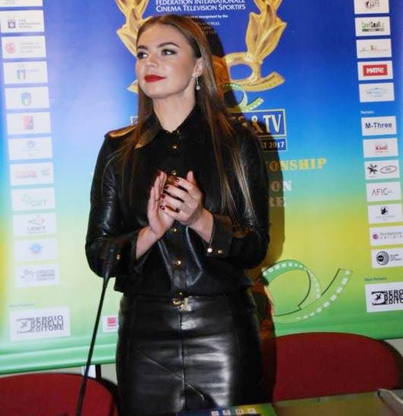 Алина Кабаева появилась на серьезном мероприятии в слишком соблазнительном кожаном наряде