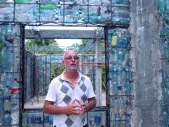 Канадец строит пуленепробиваемые и огнеупорные коттеджи из мусора и пластиковых бутылок