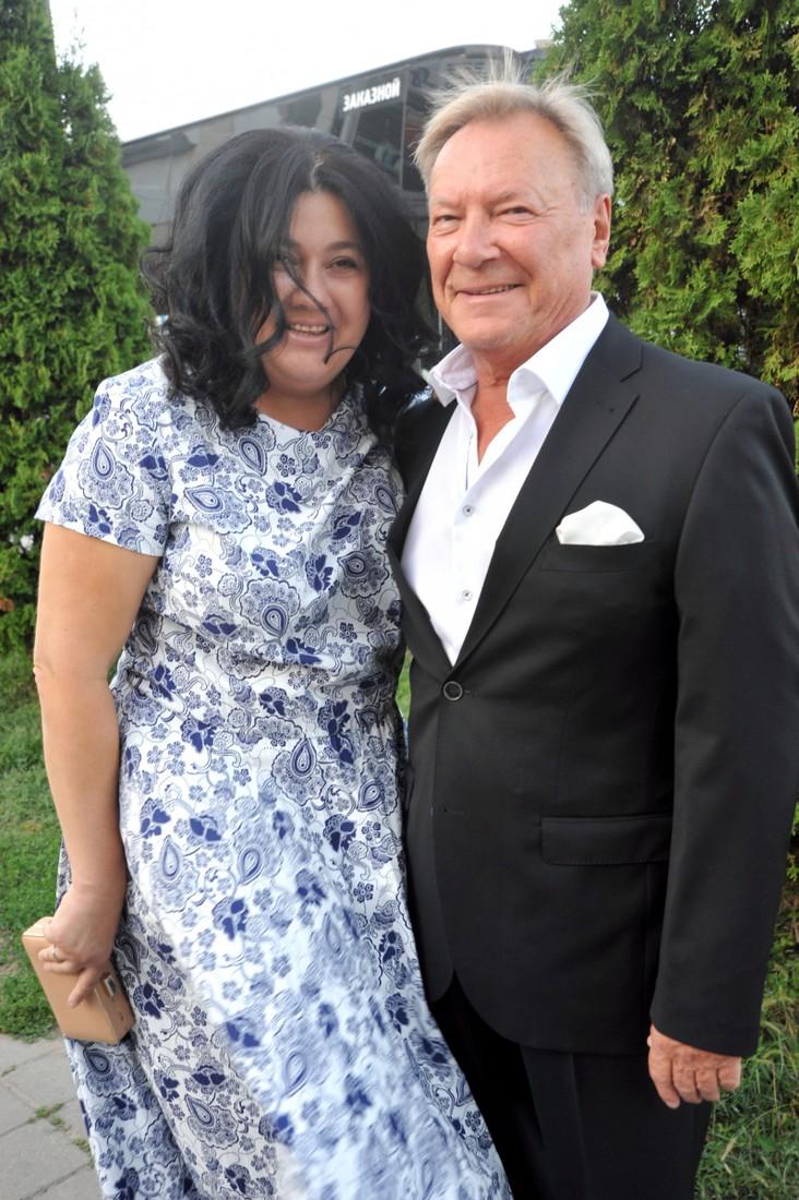 Молодая супруга 75-летнего Сергея Шакурова на новых снимках выглядит почти его ровесницей