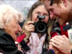 Пожилая женщина провела семь часов под проливным дождем ради встречи с принцем Гарри