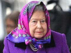 Королева Елизавета II появилась на вокзале в шикарном пальто самого модного цвета этого года