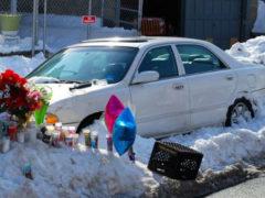 Пока глава семьи занимался уборкой снега, мать и двое маленьких детей погибли внутри автомобиля