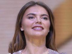 Великолепная Алина Кабаева затмила всех гостей красотой, выйдя в свет в сияющем золотом платье