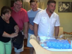 Новоиспеченные родители подготовили сюрприз для родных, приехавших взглянуть на малыша