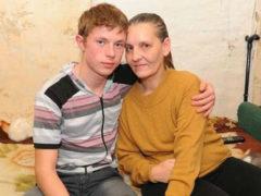 Школьник более восьми лет сам ухаживает за парализованной матерью, отказываясь просить помощи