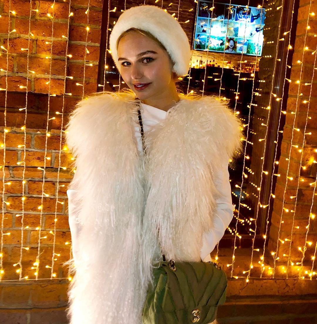Дочь Дмитрия Маликова осудили за выбор новогоднего платья стоимостью почти в миллион рублей