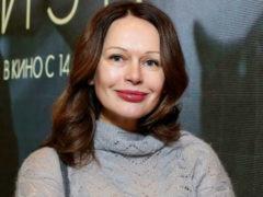 В ботинках и без косметики: Ирина Безрукова удивила публику слишком заурядным выбором наряда