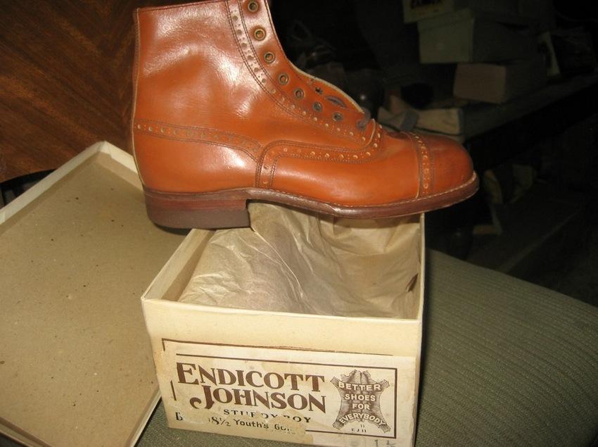 Сокровище для коллекционеров: мужчина обнаружил магазин обуви, закрытый более полувека назад