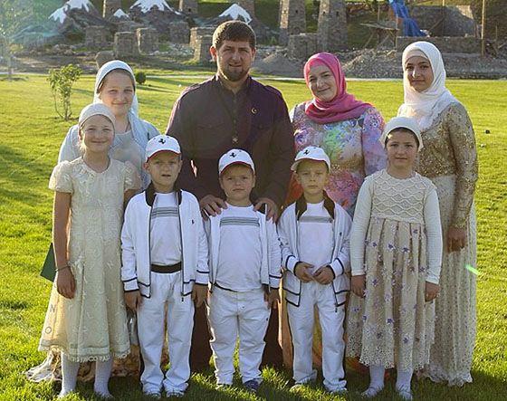 кадыров рамзан с семьей фото