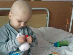 Снеговик нужен всем: онкобольной 4-летний мальчик сам шил игрушки, чтобы заработать на лечение