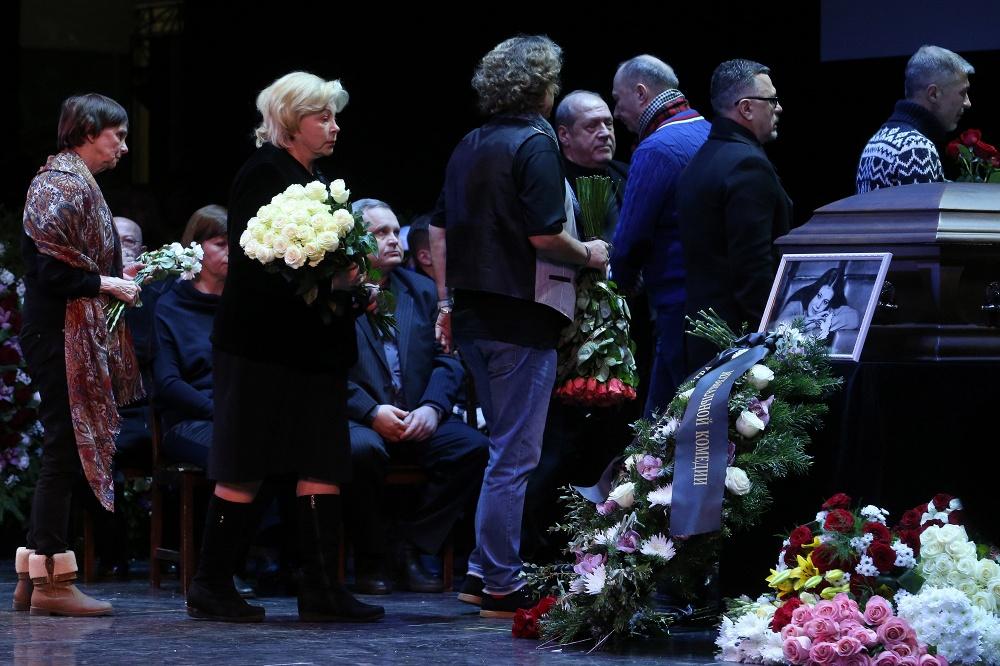 Сегодня вся страна прощается с Народной артисткой Людмилой Сенчиной.