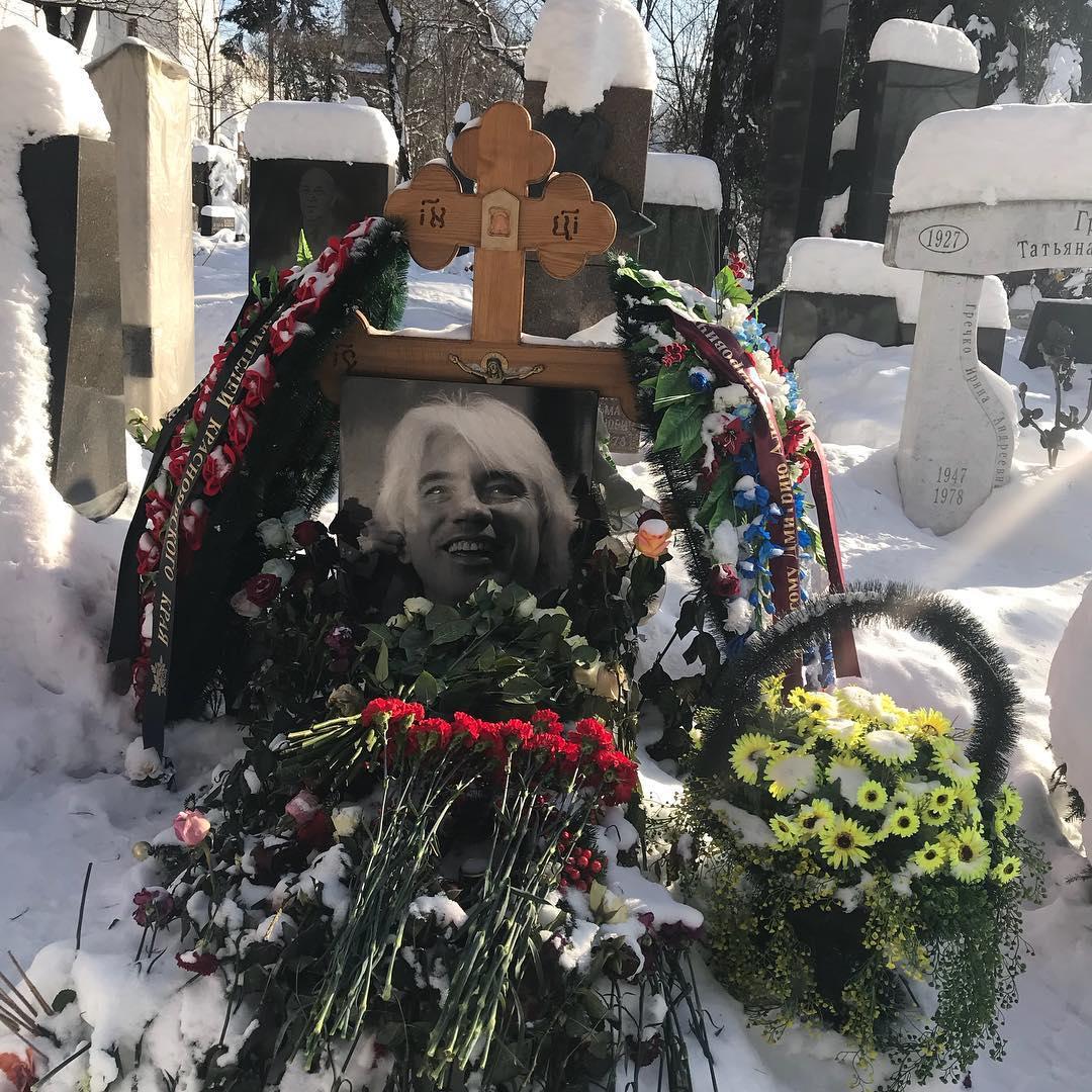 Вдова Дмитрия Хворостовского провела День всех влюбленных на коленях у могилы мужа