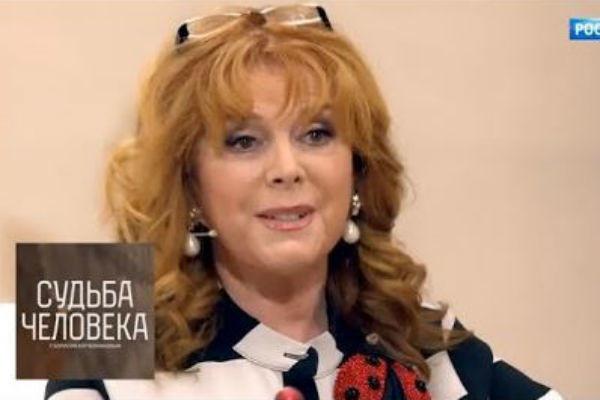 Клара Новикова призналась, что уже много лет периодически выпивает в компании близкого друга