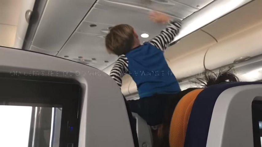 Маленький мальчик кричал в самолете 8 часов без остановки из-за отсутствия на борту интернета